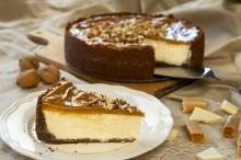 Šťavnatý cheesecake z bielej čokolády poliaty karamelom, obsypaný praženými...