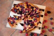 Vtomto bezlepkovom sezónnom koláčiku ovocím akvalitným tvarohom...